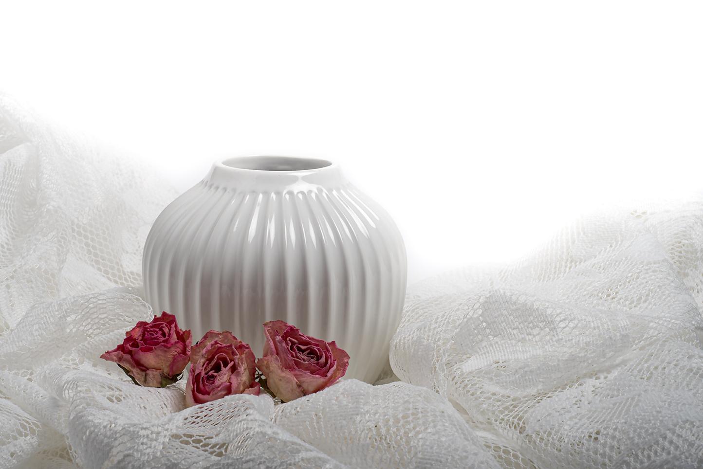 Bild på en vit vas med vit bakgrund.