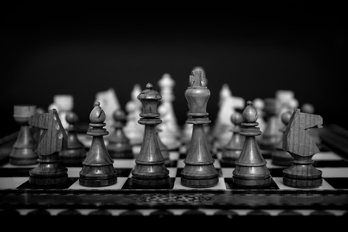 Schackbräde med pjäser i svartvitt.