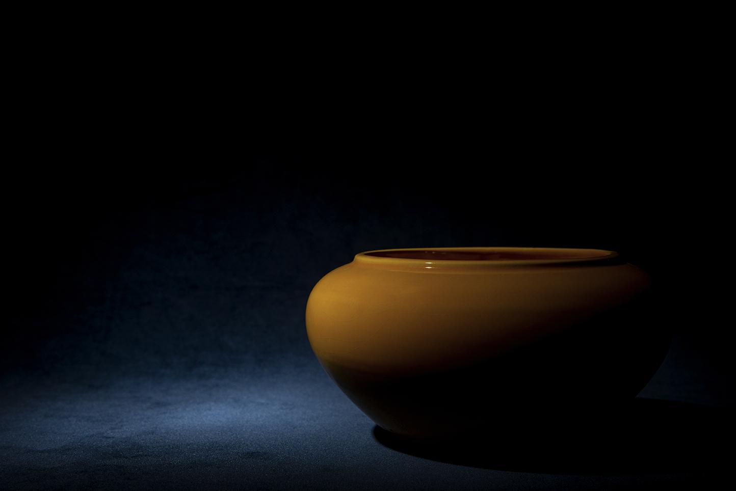 Stilleben med en gul skål på blå bakgrund.