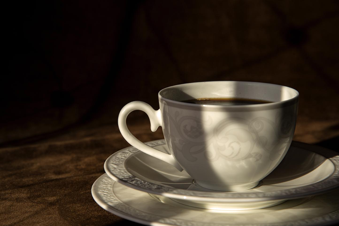 Kaffekopp på fat och assiett.